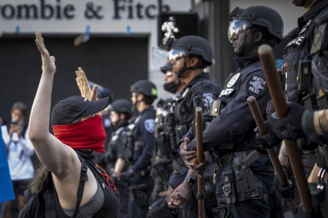 Pri streľbe v protestnej zóne mesta Seattle zomrel jeden človek, ďalší je v kritickom stave