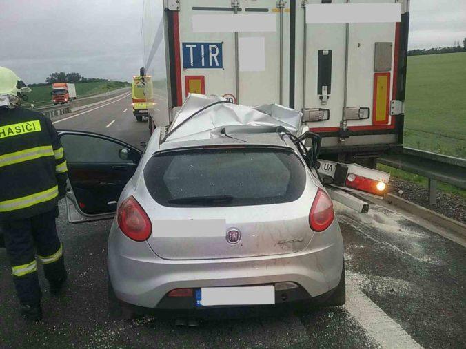 Vážna dopravná nehoda na R1 si vyžiadala jeden ľudský život, auto sa zrazilo s kamiónom (foto)