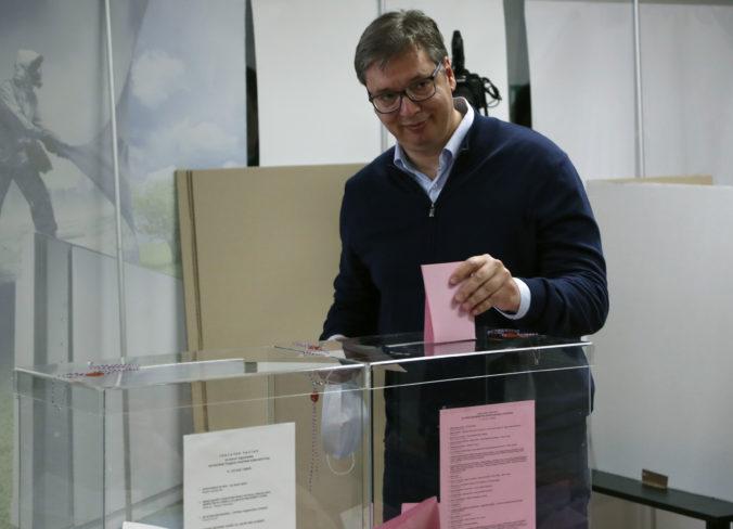 V Srbsku sa konajú parlamentné voľby, favoritom je strana prezidenta Vučiča