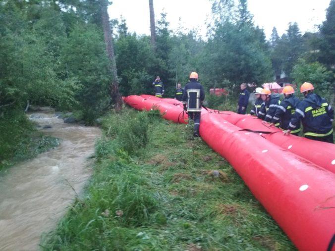 Hladina potoka v Starej Lesnej sa znížila, ale druhý stupeň ešte nezrušili