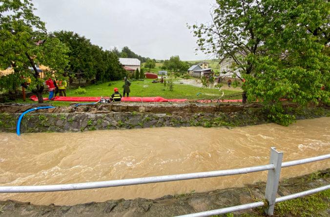 V obci Pichne po záplavách pomáhajú vojaci, vytvoria aj náhradné premostenie