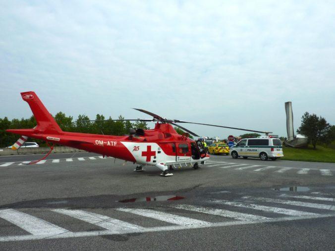 Vážna dopravná nehoda pri Ilave si vyžiadala zásah leteckých záchranárov, zranili sa štyria ľudia