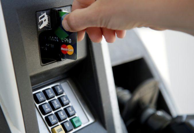 Dvaja muži ukradli žene platobnú kartu a pokúsili sa z nej vybrať peniaze, polícia po nich pátra (foto)