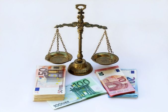 Sudcovia a prokurátori nebudú dostávať odmeny ani príplatky, podľa ministerstva išlo o vysoký nadštandard