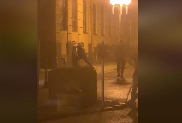 Opitý tínedžer chodil po Trnave s mačetou, na výzvu polície najskôr nereagoval (video)