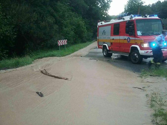Voda zaplavila na Liptove viacero domov a cesty pokrylo bahno, hasiči hlásia desiatky výjazdov (foto)