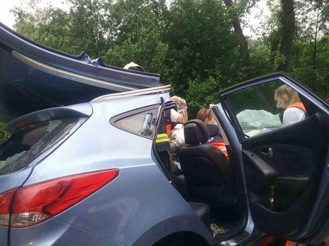 Pri Kysuckom Lieskovci sa zrazilo auto s kamiónom, zasahovali hasiči (foto)