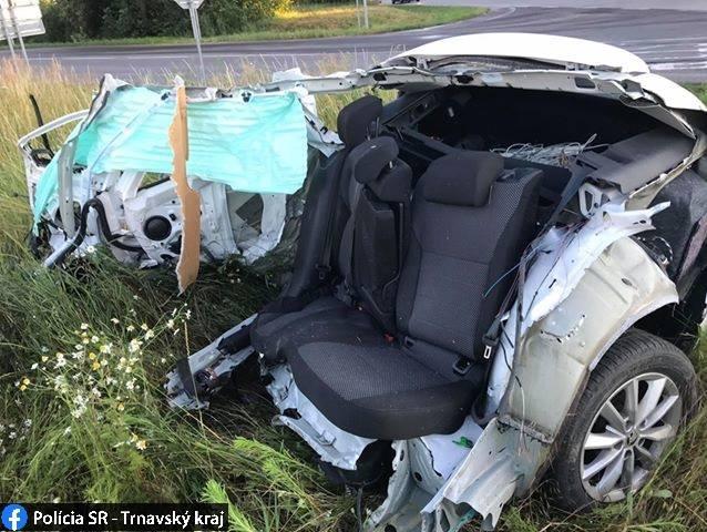 Octaviu po zrážke s kamiónom roztrhlo na dve časti (foto)