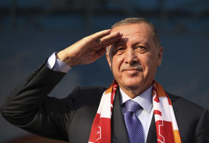 Turecký prezident hrozí väčšou kontrolou sociálnych médií, jeho príbuzní vraj čelili urážkam