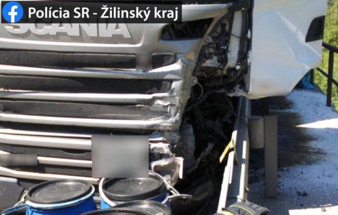 Zrážka kamióna s troma autami si vyžiadala jeden ľudský život