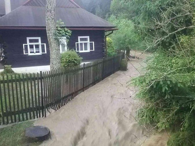 Žilinský kraj potrápil prívalový dážď, hasiči zasahovali na viacerých miestach (foto)