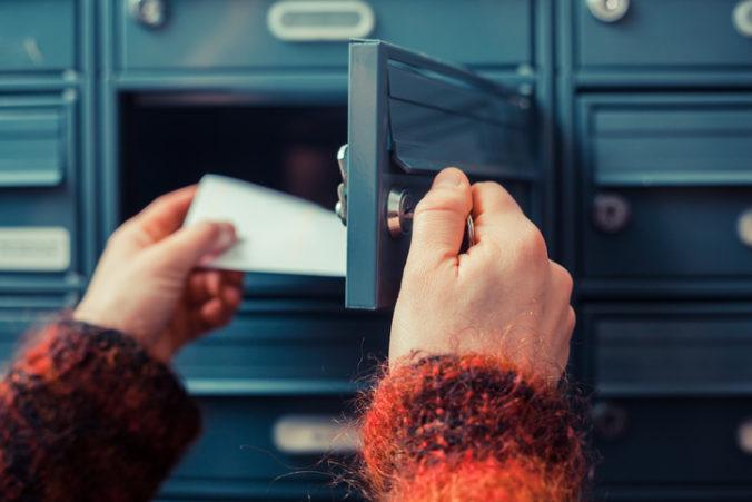 Mužovi prišiel výhražný list od neznámeho páchateľa, polícia hľadá osoby z kamerových záznamov (foto)