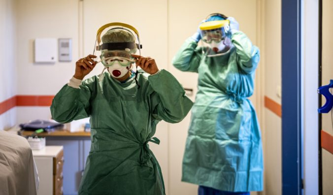 V Katalánsku prudko stúpol počet nakazených koronavírusom, uzavrie sa preto oblasť s tisíckami ľudí
