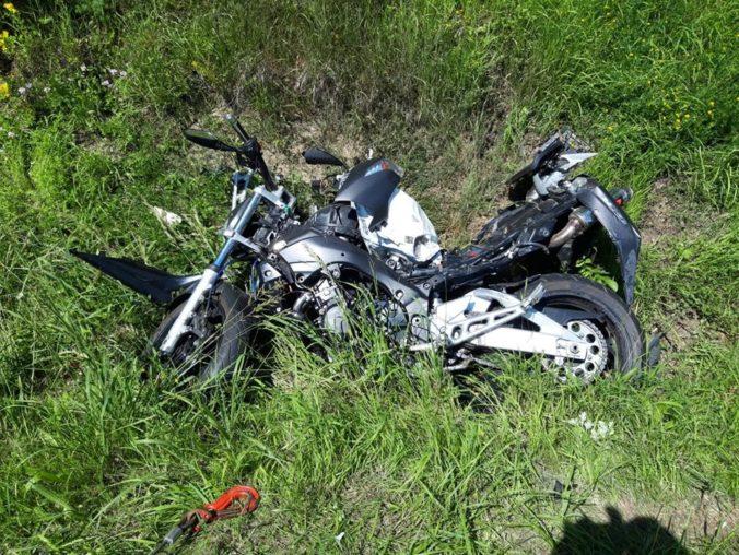 Motorkár sa zrazil s autom a nehodu neprežil, polícia upozorňuje na zraniteľnosť na cestách