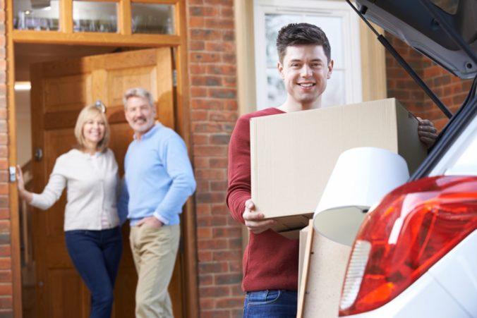Takmer polovica mladých Slovákov býva u svojich rodičov, na vlastný byt či dom si musia brať pôžičky