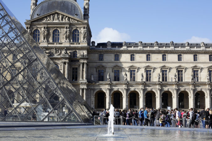 Parížsky Louvre po pandémii konečne otvorili, denne môže múzeum navštíviť len obmedzený počet ľudí