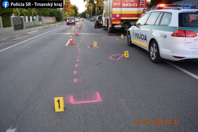 Tínedžerka vbehla pod Opel, vážnym zraneniam na mieste podľahla (foto)