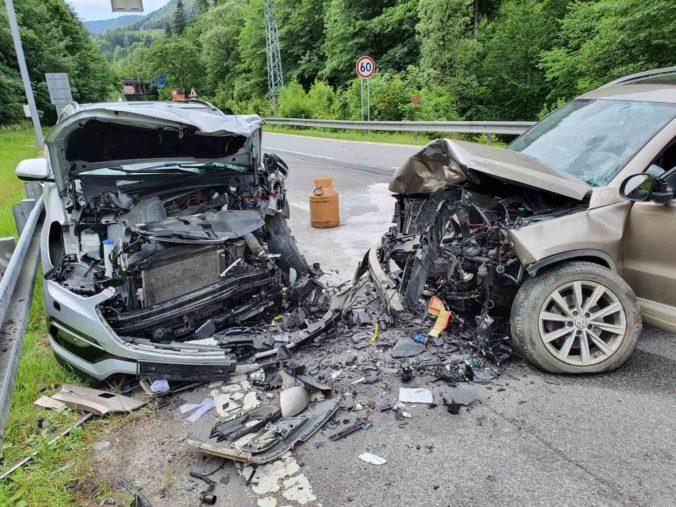 Auto vošlo do protismeru, pri čelnej zrážke zahynul v Banskej Bystrici jeden z vodičov