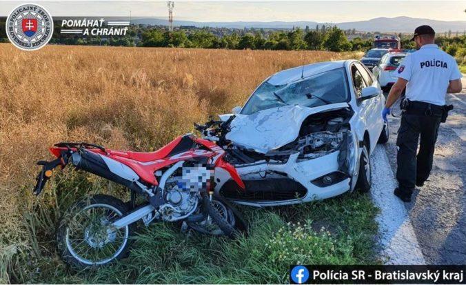 Motocyklista prešiel v zákrute do protismeru, zrážka s autom ho stála život (foto)