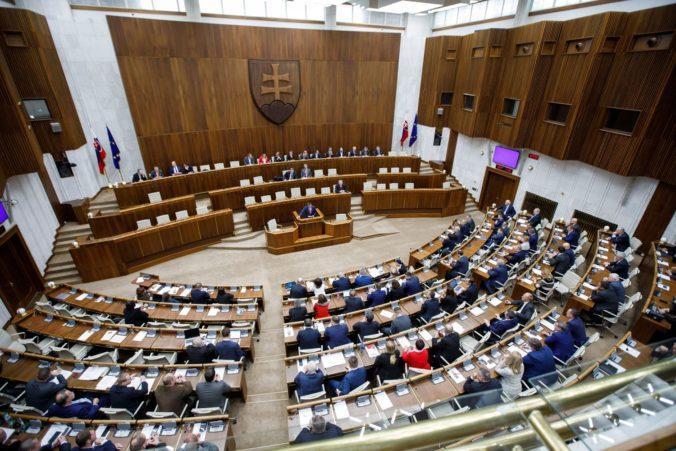 Poslanci začali rozpravu k novele interrupčného zákona, do druhého čítania posunuli aj Sulíkovú lex korona