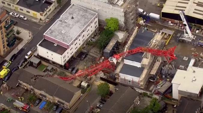 V Londýne sa zrútil žeriav na rodinné domy, vo vnútri ostali uväznení obyvatelia (video)