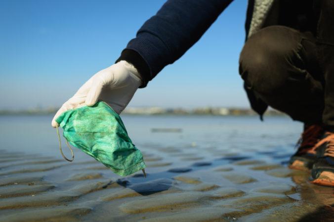 Znečistenie oceánov vplyvom pandémie narastá, vyhodené rúška a rukavice dokonca môžu zabiť veľryby