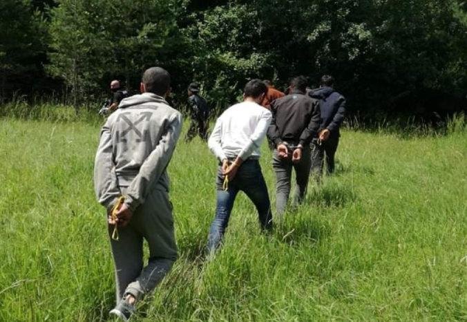 V lese na východe Slovenska chytili cudzincov bez dokladov, zasahovali aj záchranári