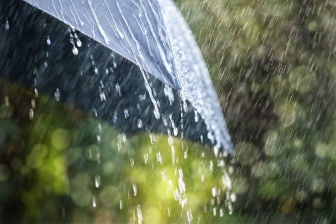 Na severe Slovenska hrozia povodne z prívalových dažďov, meteorológovia vydali výstrahy