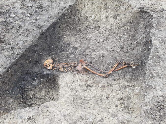 Pri stavbe železnice v anglickom grófstve Buckinghamshire našli starú kostru zavraždeného muža