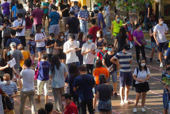 Na neoficiálne prodemokratické primárky v Hongkongu prišlo takmer šesťsto tisíc ľudí