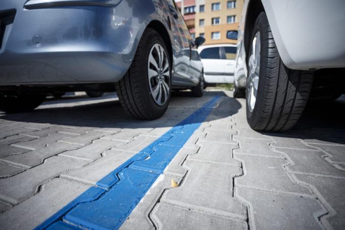 Petržalka eviduje veľké množstvo zle zaparkovaných áut, mestská polícia začala rozdávať pokuty