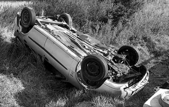 Auto po havárii skončilo na streche. Žena na mieste zomrela a muža odviezli leteckí záchranári (video)