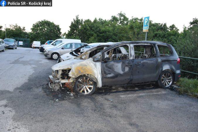 Mladík podpálil autá na sídlisku, nešlo o jediný jeho podpaľačský čin (foto)