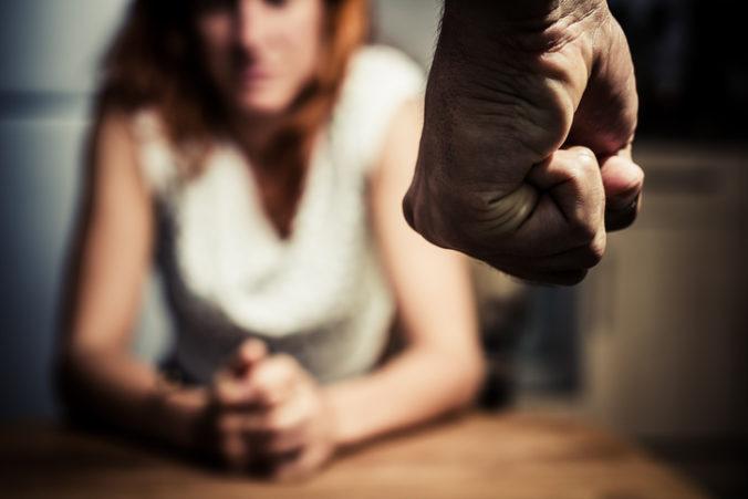 Muž svoju ženu nútil, aby mu zohnala alkohol a vyhrážal sa jej zabitím
