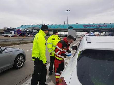 Polícia 24 hodín monitorovala hraničné priechody, overila si dodržiavanie opatrení v súvislosti s koronavírusom