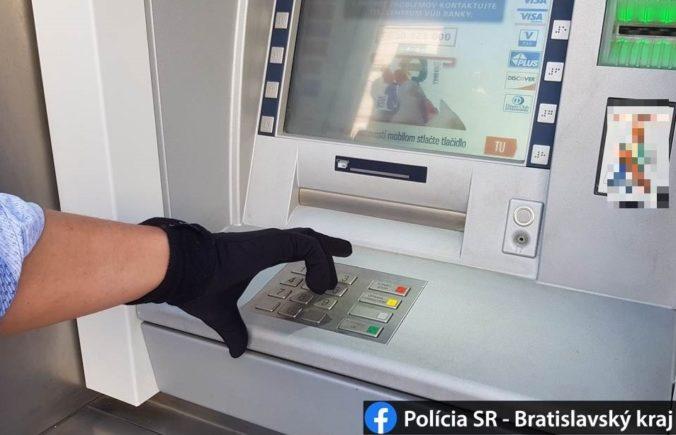 Z bankomatu v Pezinku ukradli takmer 60-tisíc eur a vôbec ho nepoškodili