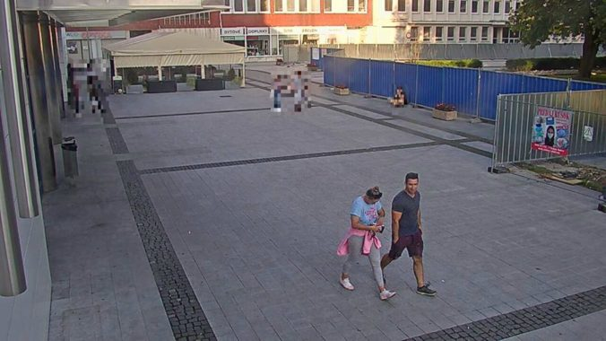 Z bankomatu zmizli zabudnuté peniaze, polícia hľadá dvojicu z kamerových záznamov (foto)