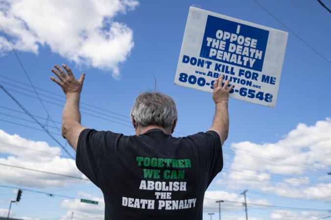 Americký súd odložil prvú federálnu popravu od roku 2003, väzni chcú pred smrťou podať opiáty