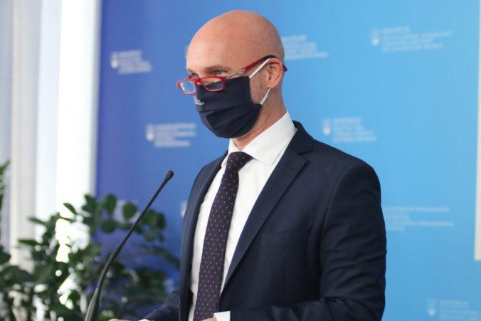 Minister Gröhling zverejnil protokol k svojej diplomovej práci, ale radšej by riešil svoju robotu