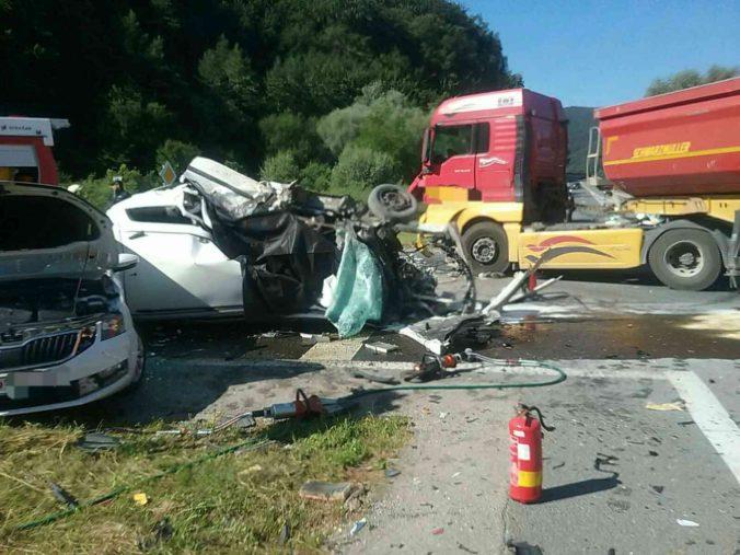 Nákladné vozidlo sa zrazilo s dvoma autami, pri tragickej nehode zahynula jedna osoba (foto)