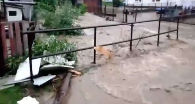 Medzilaborcami sa prehnal prudký dážď, povodňová vlna zaplavila mosty i domy (video)
