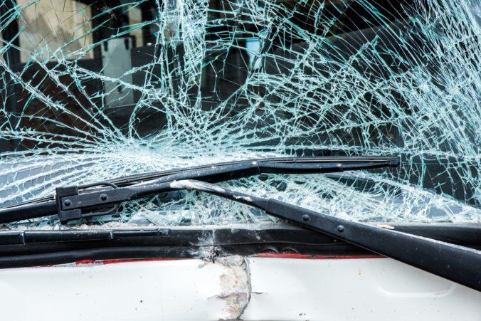 Na Kollárovom námestí v Bratislave sa zrazili tri autá, jedno z nich skončilo na streche