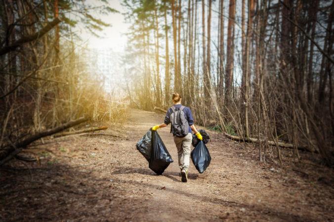 V prírode sa povaľujú plechovky, cigaretový odpad aj rôzne plasty