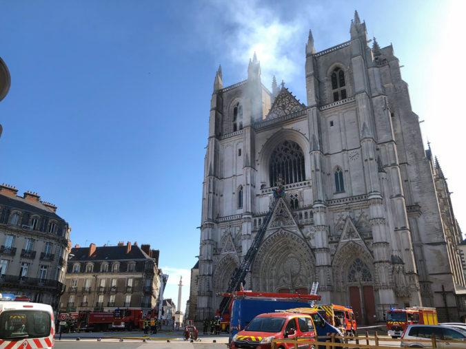 Vo Francúzsku horí Katedrála svätého Petra a Pavla (video+foto)