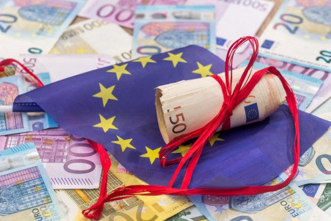 Vyše polovica Európanov si myslí, že EÚ by mala mať viac financií na riešenie koronakrízy