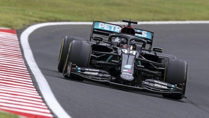 Hamilton potvrdil svoju suverenitu na Veľkej cene Maďarska a jazdci Ferrari opäť zlyhali