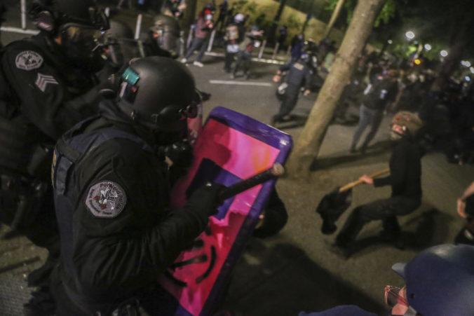 Štát Oregon žaluje federálnu vládu, jej agenti mali nezákonne zadržiavať demonštrantov v Portlande