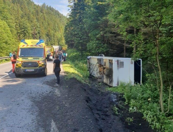 Na Donovaloch havaroval autobus s desiatkami detí, zranilo sa niekoľko osôb (foto)