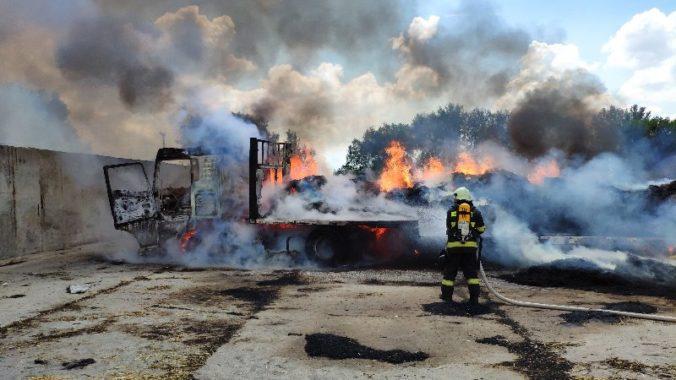 Auto so slamou zhorelo do tla, hasiči bojovali s požiarom niekoľko hodín (foto)