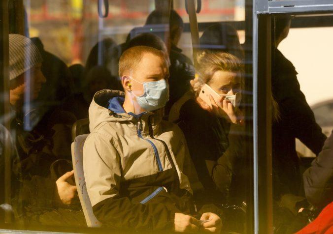 Ozbrojený muž zadržal autobus a pasažierov drží ako rukojemníkov, z miesta bolo počuť streľbu